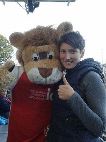 Claudia Bötte und das Maskottchen des Wuppertaler Sportvereins